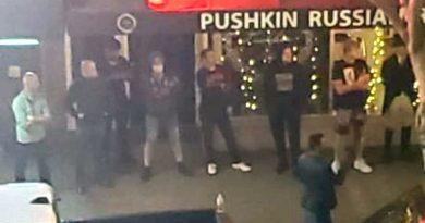 """Руснаци в САЩ направиха """"жива стена"""", за да опазят своя бар """"Пушкин"""""""