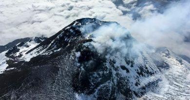 Два вулкана изригнаха на Камчатка