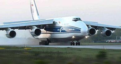 """Вижте как танкови влекачи дърпат затънал Ан-124 """"Руслан"""""""