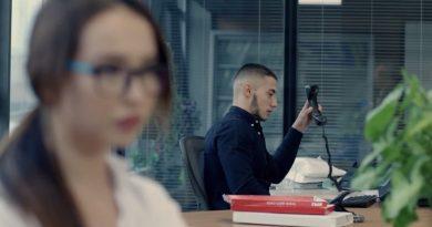 """Данна флиртува с Адам и шефа му в новия клип на """"Alpha music"""""""