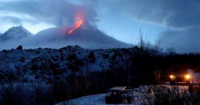 Заснеха впечатляващо изригване на Ключевская Сопка