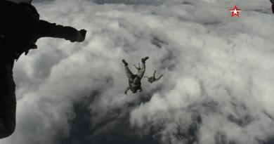 От 6000 метра с кислородно оборудване: кадри от скок на десантчици над Псков