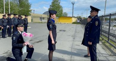 Полицай предложи на любимата си по време на сутрешен развод и под овациите на колегите си