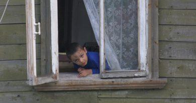Рускиня хвана падащо от прозорец дете и му спаси живота